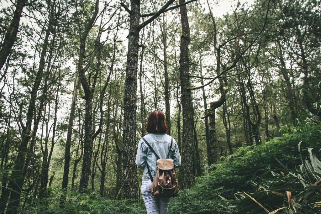 Mulher em espaço verde.